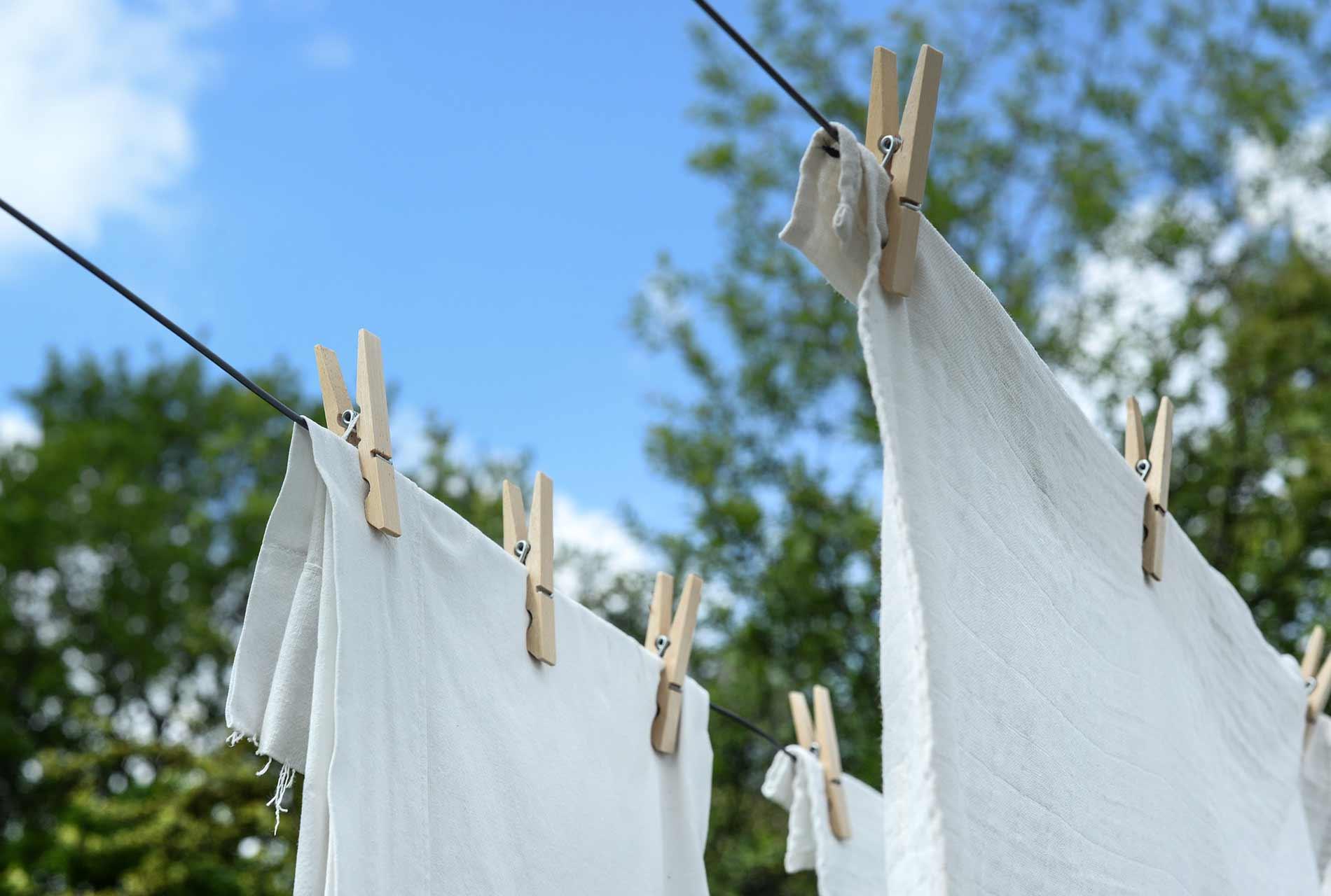 Wäscheleine mit frischgewaschener Wäsche