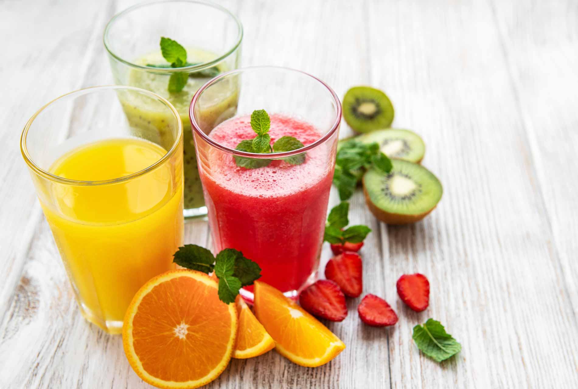 Entsafter: frischgepresste Fruchtsäfte